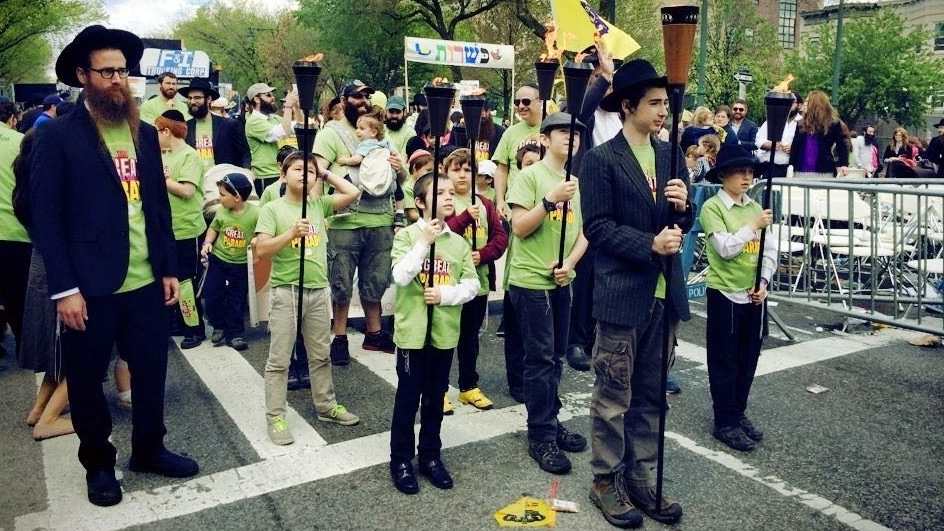 Dovid leads Lamplighters at the Great Parade
