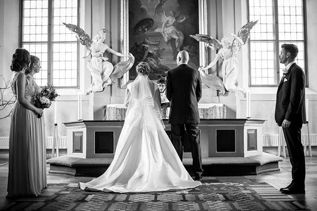 Det finns inget lika fint som svartvitt. Den gammaldags känslan där alla oviktiga detaljer tas bort och bara känslan finns kvar.⠀ ⠀ #porträtt #makeportrait #fotograf #familjfotograf #familjfoto #familj #stockholm #makeportraits #family #portraitphotography #portraitmood #portraiture #bröllopsfotograf #bröllop #kärlek  #bröllopsfotografering #weddingtime #weddingphotography #weddingphotographer #weddingphotos #norrköping #linköping