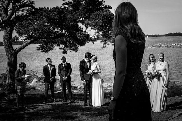 Ett bröllop vid havet, med song, skratt och härligheter. ⠀ ⠀ #porträtt #makeportrait #fotograf #familjfotograf #familjfoto #familj #stockholm #makeportraits #family #portraitphotography #portraitmood #portraiture #bröllopsfotograf #bröllop #kärlek  #bröllopsfotografering #weddingtime #weddingphotography #weddingphotographer #weddingphotos #norrköping #linköping #stockholm