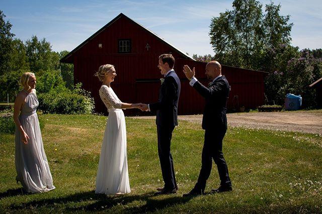 """En """"first look"""" bild är något verkligen speciellt. Det finns alltid tårar och är det finaste sättet att avslöja ett brudpar till varandra.⠀ ⠀ #porträtt #makeportrait #fotograf #familjfotograf #familjfoto #familj #stockholm #makeportraits #family #portraitphotography #portraitmood #portraiture #bröllopsfotograf #bröllop #kärlek  #bröllopsfotografering #weddingtime #weddingphotography #weddingphotographer #weddingphotos #norrköping #linköping"""