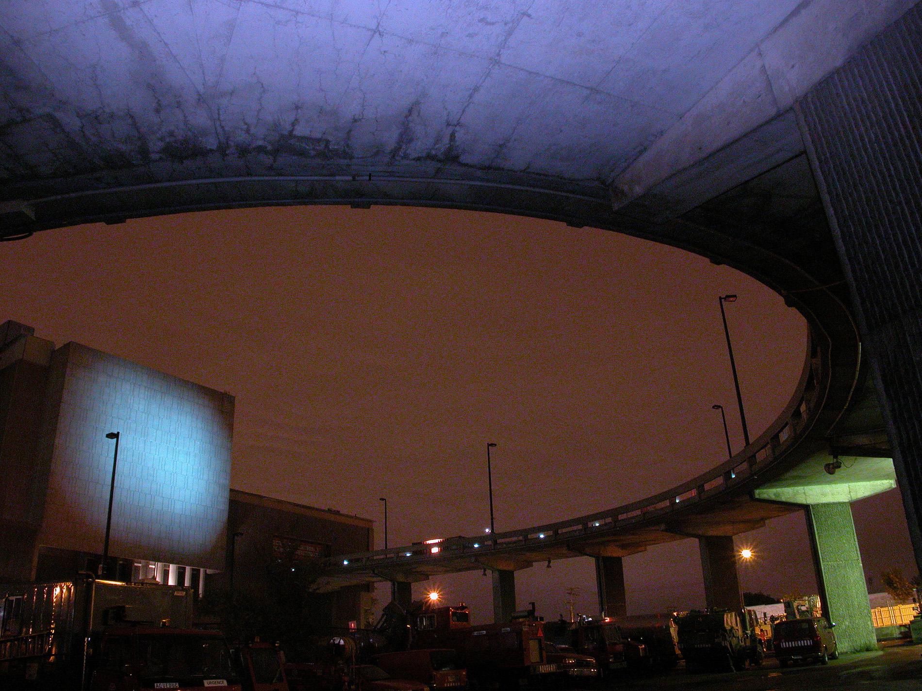 Vue du dessous de la rampe de béton menant au quai de déchargement. Crédit photo © Marc Gibert