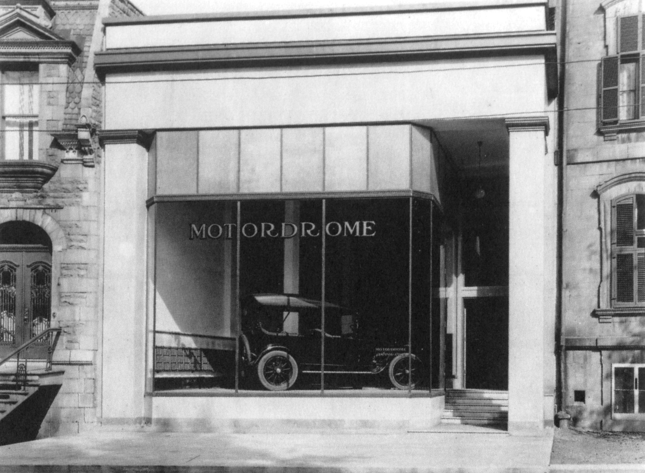 Nouvelle vitrine du 314, rue Sherbrooke Est en 1918 par l'architecte Ernest Cormier.