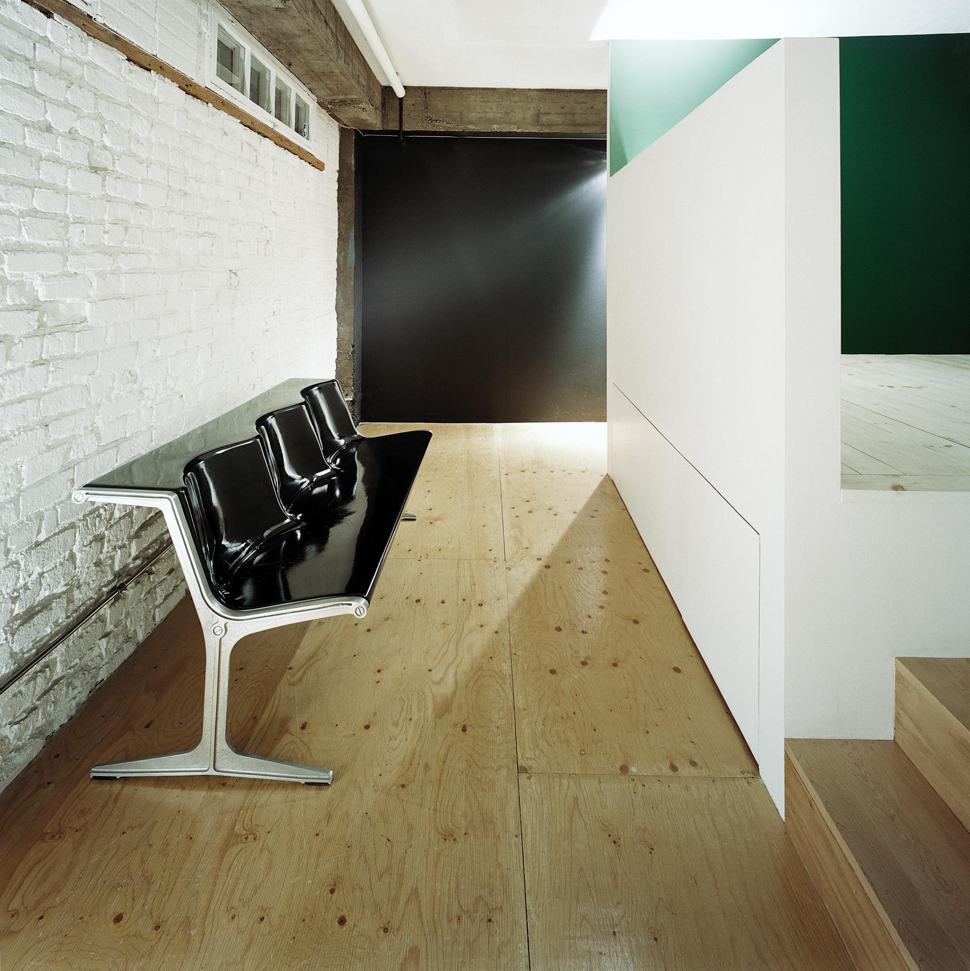 Vue vers l'entrée. Plancher de contreplaqué sablé et verni. Nouvelle plateforme pour coin bureau ou chambre avec rangement en-dessous. Crédit photo © Marc Cramer