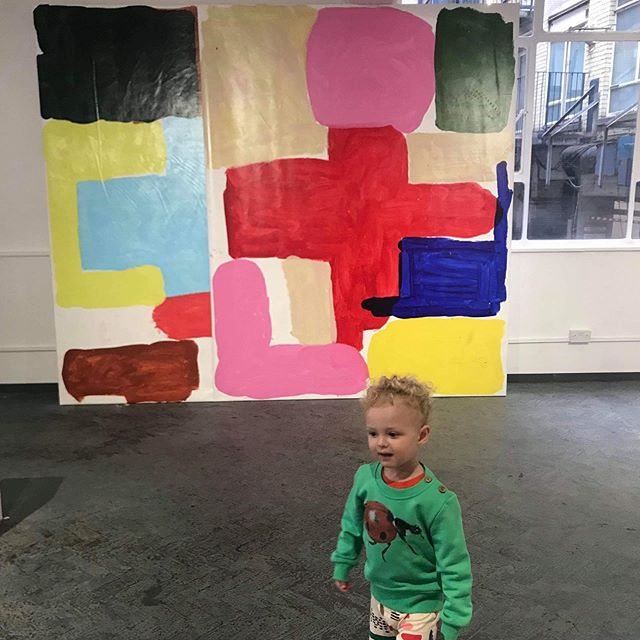 Oskar went to see his dad's painting exhibition in his 🐞sweat, and then had a cinnamon roll to celebrate 😋 Thanks for sharing @jenniefagerstrom