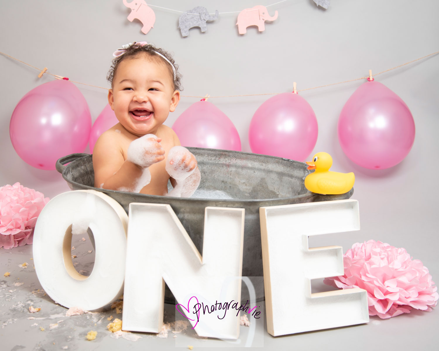 cake smash photoshoot bath bubbles one balloons smiley baby photos.jpg