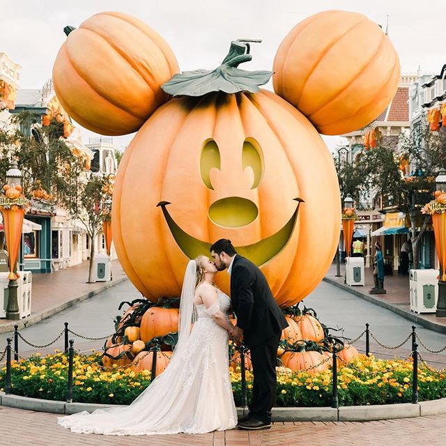 #Repost @disneyweddings ・・・ It's beginning to look a lot like FALL. 😍 🎃 Photo by @jimkennedyphotographers @jkp_amber