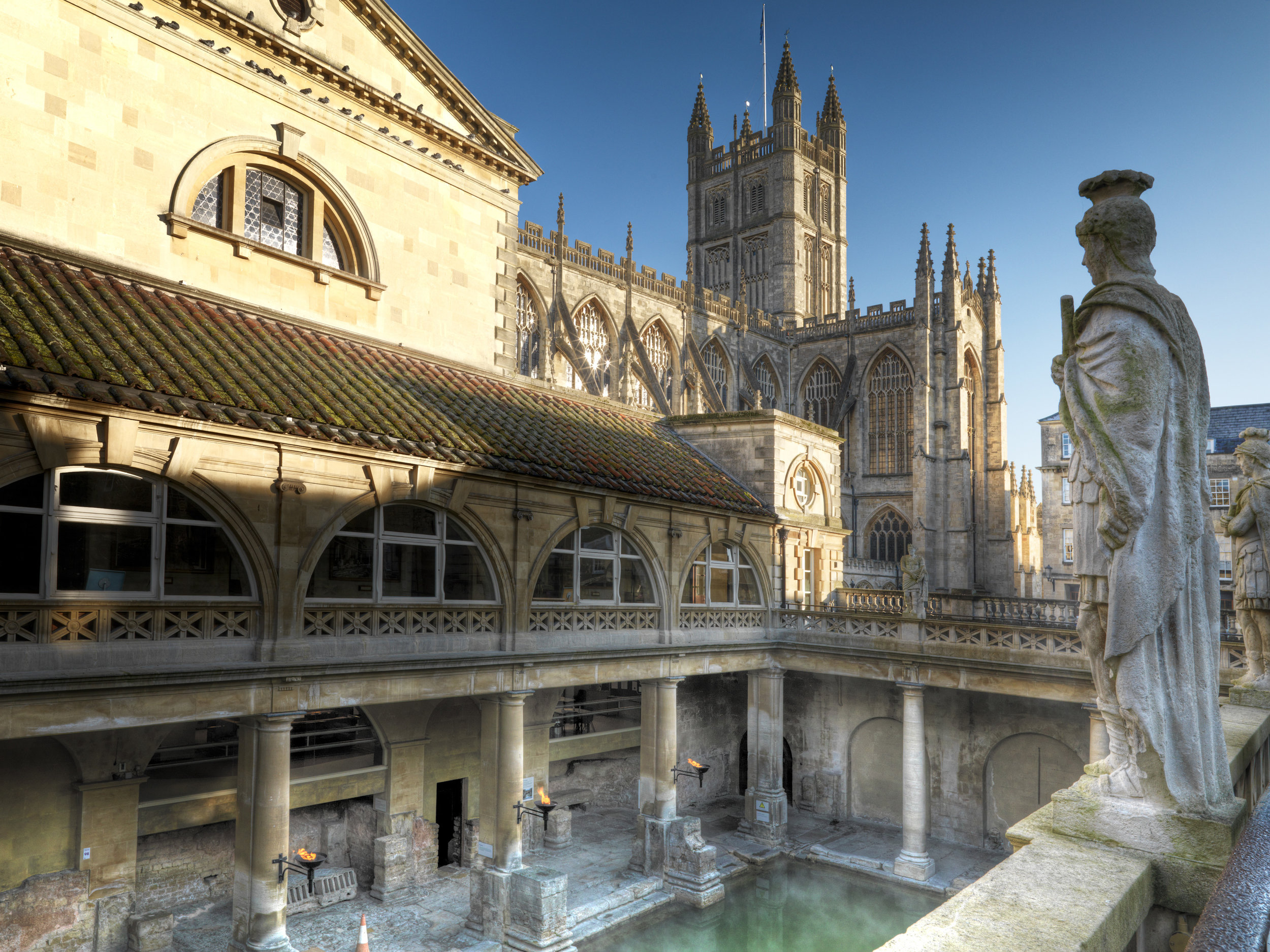 Roman_Baths_and_Bath_Abbey.jpg