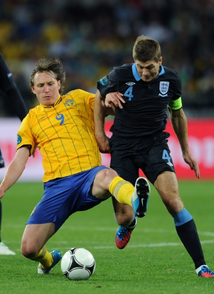 Kim Källström i kamp med Englands Steven Gerrard.  Foto: Getty Images.