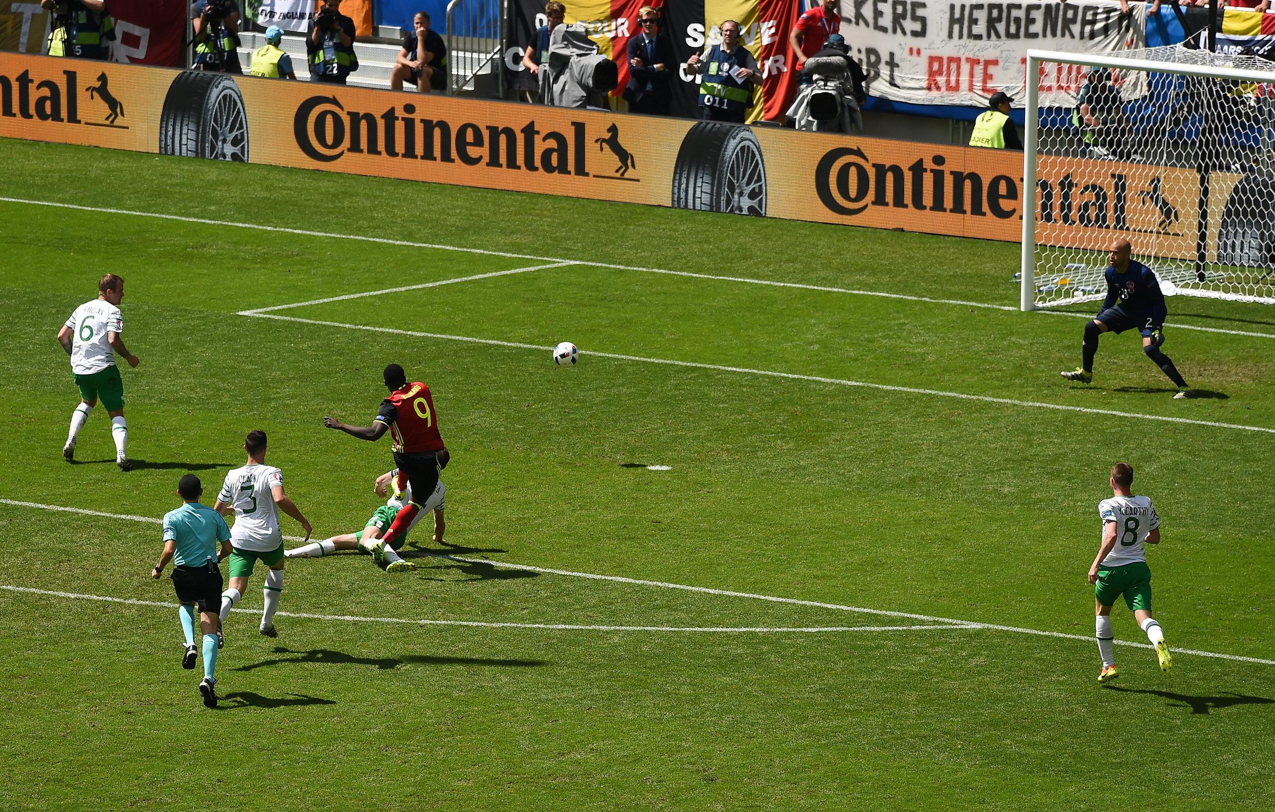 Romelu Lukaku scorer - lige efter Mads Davidsens opskrift - mod Irland. Foto: Ray McManus/Getty Images