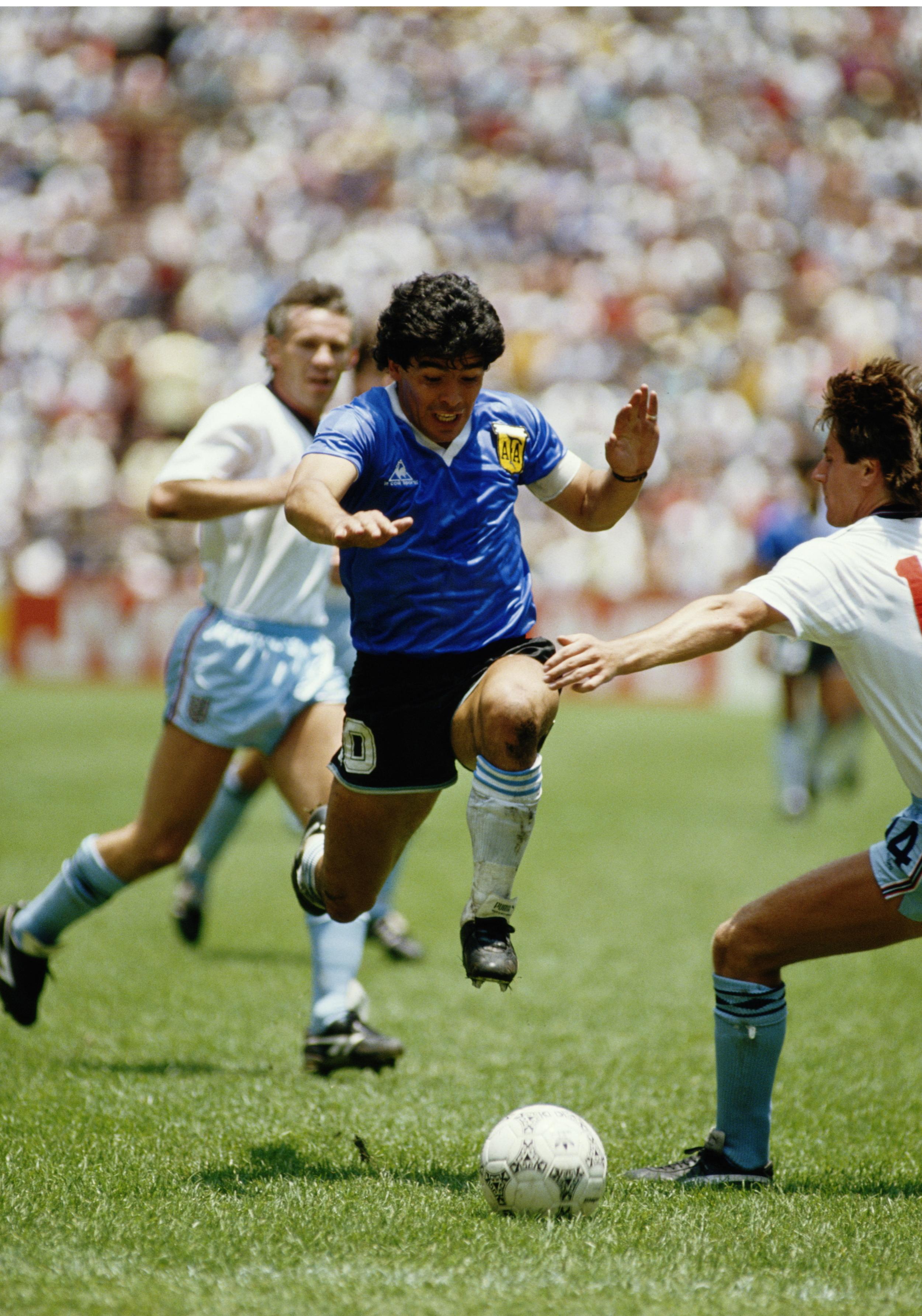 22. juni 1986 - Diego Maradona er i færd med at skabe fodboldhistoriens smukkeste mål. Foto: Mike King/Getty Images