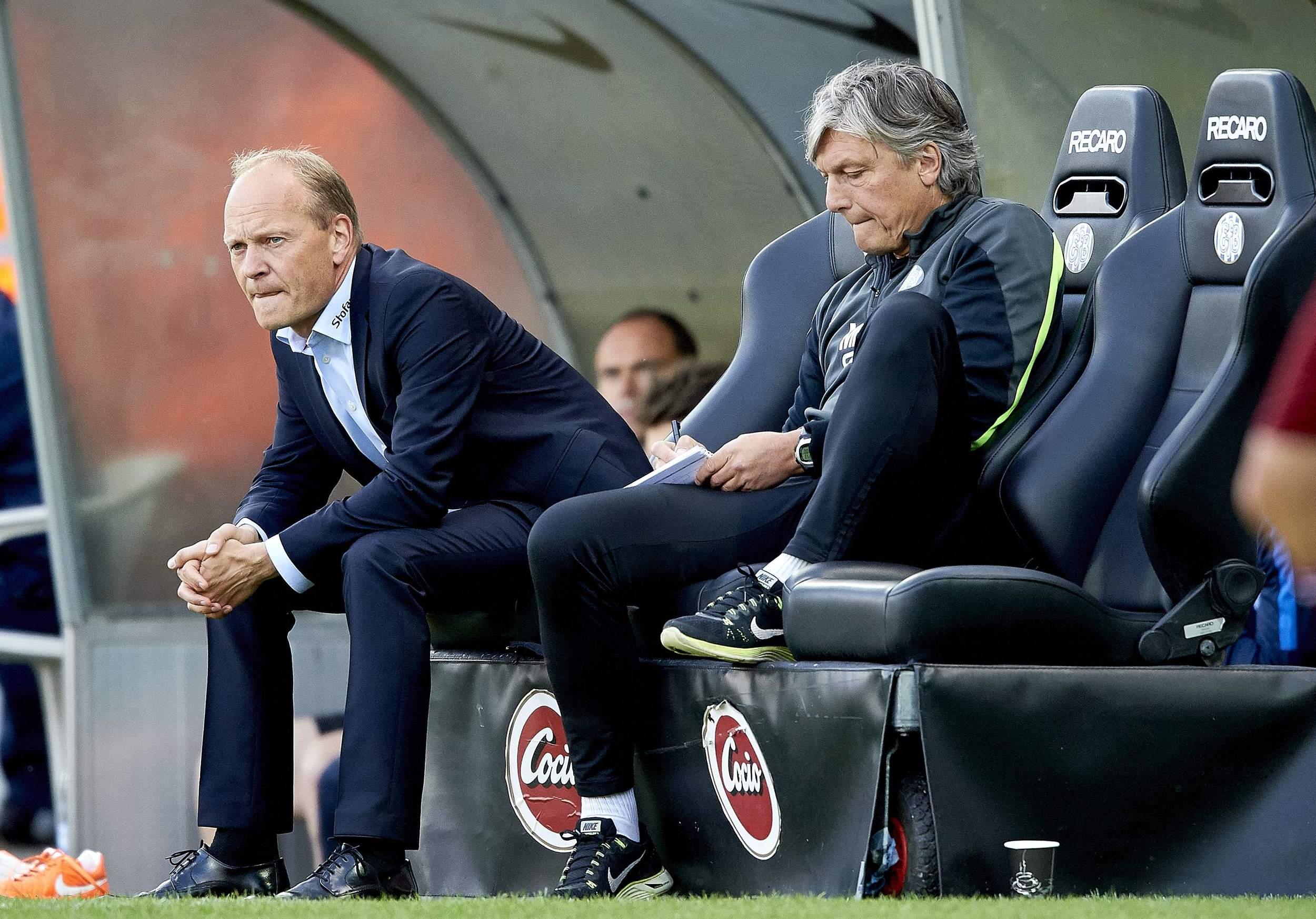 Cheftrænerne går ud og ind. Her sidder Niels Frederiksen på bænken. Men manden ved siden af, Michael 'Mex' Pedersen går igen. Foto: Getty Images/Lars Rønbøg