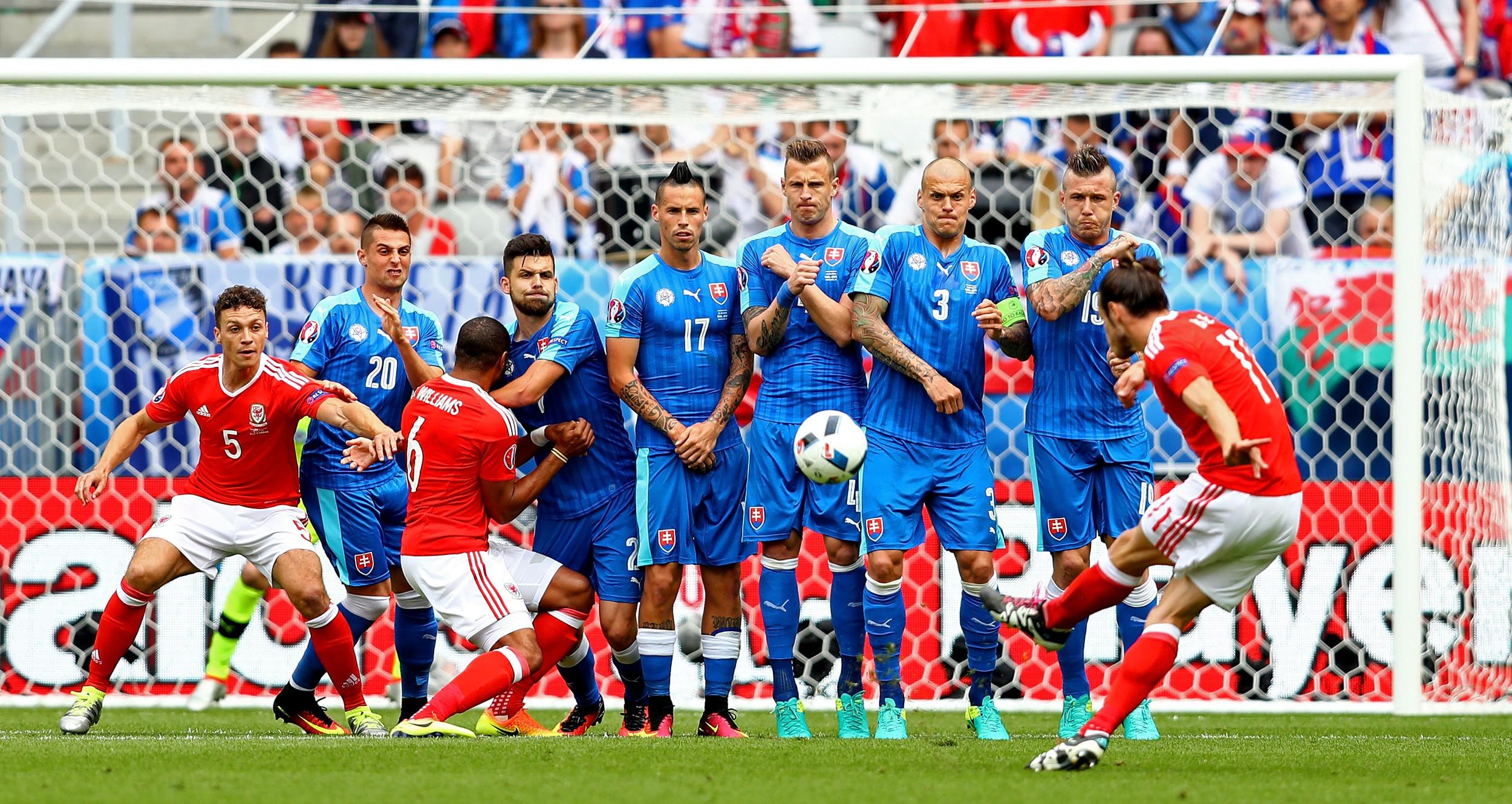 Gareth Bale scorer på frispark mod Slovakiet overfor en meget bred slovakisk mur med hele seks spillere i. Foto: Getty Images/Dean Mouhtaropoulos