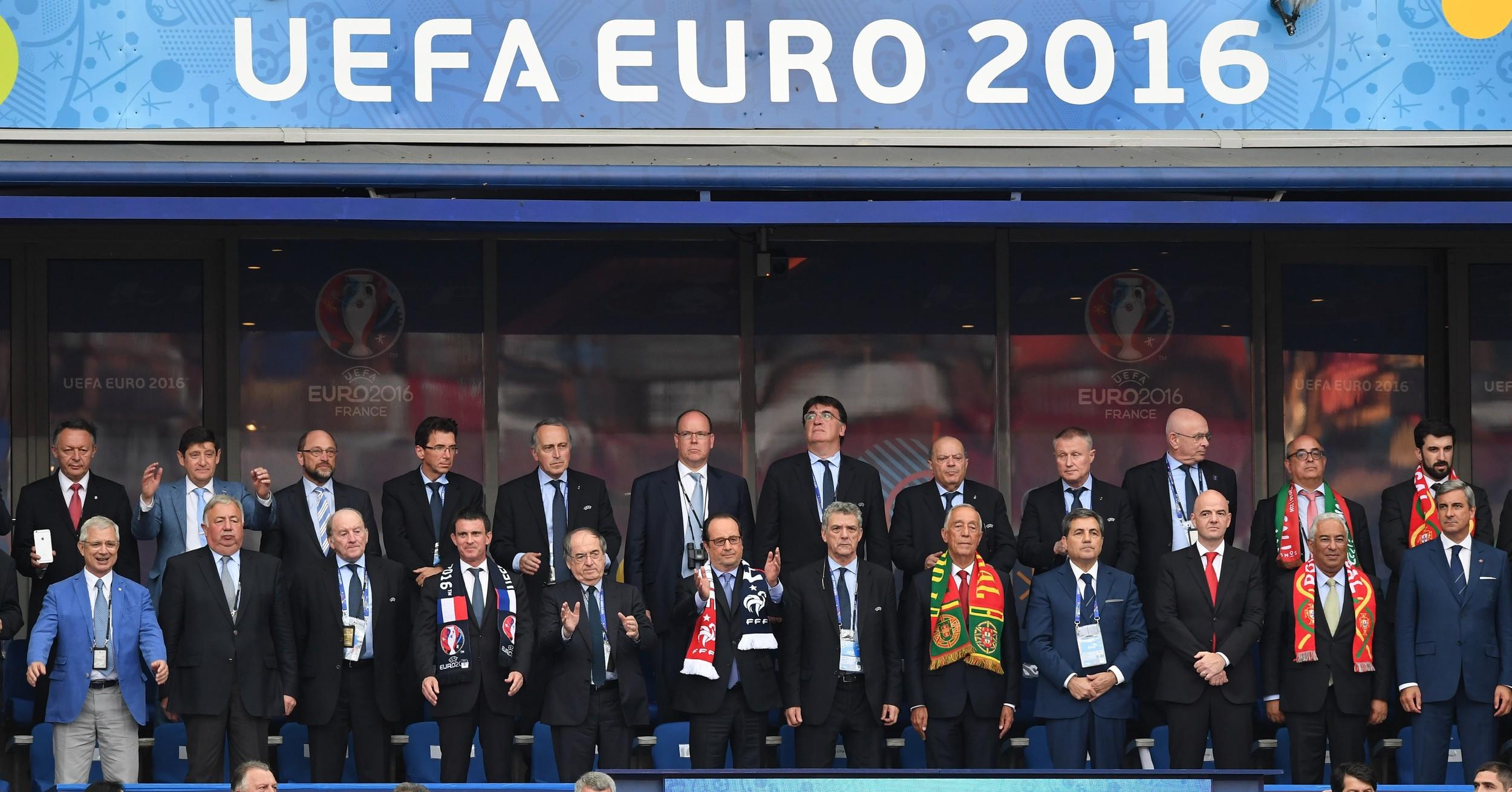 Hele fodboldtoppen til EM-finale i Paris med de politiske ledere fra finalelandene. Foto: Getty Images/Anadolu Agency