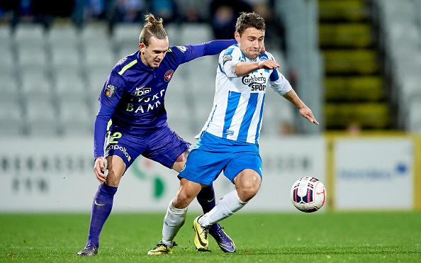 I Rasmus Festersen - her i kamp mod FC Midtjylland og Kian Hansen - har OB igen fundet en angriber, der matcher historien. Foto: Getty Images/Lars Rønbøg
