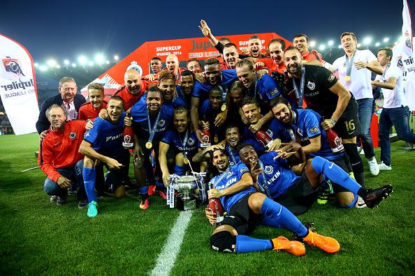 Hybercube har blandt andet hjulpet Belgien med Jupiler League. Her fejrer Brügge-spillerne sejren i Super Cup over Standard Liege. Foto: Getty Images/Christof Koepsel