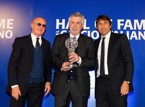 Se dét er et mestermøde: Arrigo Sacchi, Carlo Ancelotti og Antonio Conte til Hall of Fame møde i 2015. Foto: Getty Images/Paolo Bruno.