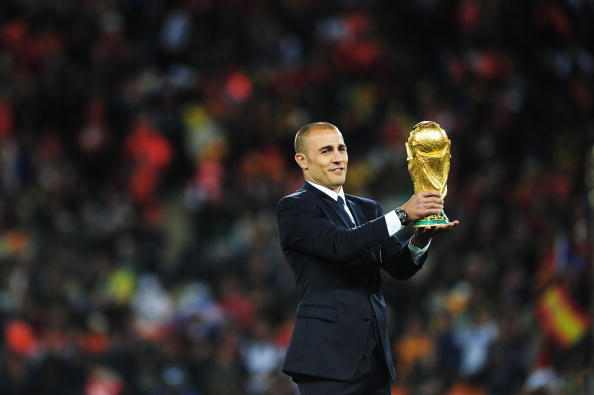 Fabio Cannavaro løftede den i 2006. Her er han klar til at give VM-pokalen videre til finalen i 2010 i Sydafrika. Foto: Getty Images/Shaun Botterill.