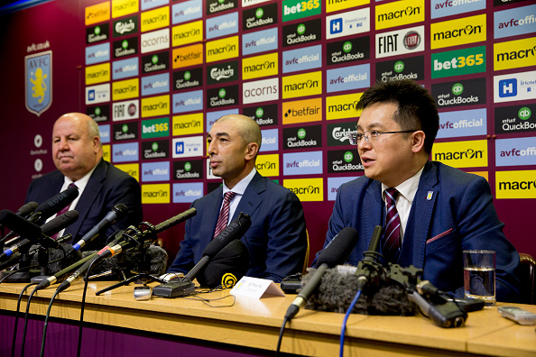 Dr. Tony Xia (th) sammen med bl.a. manager Roberto di Matteo. Foto: Getty Images/Neville Williams.