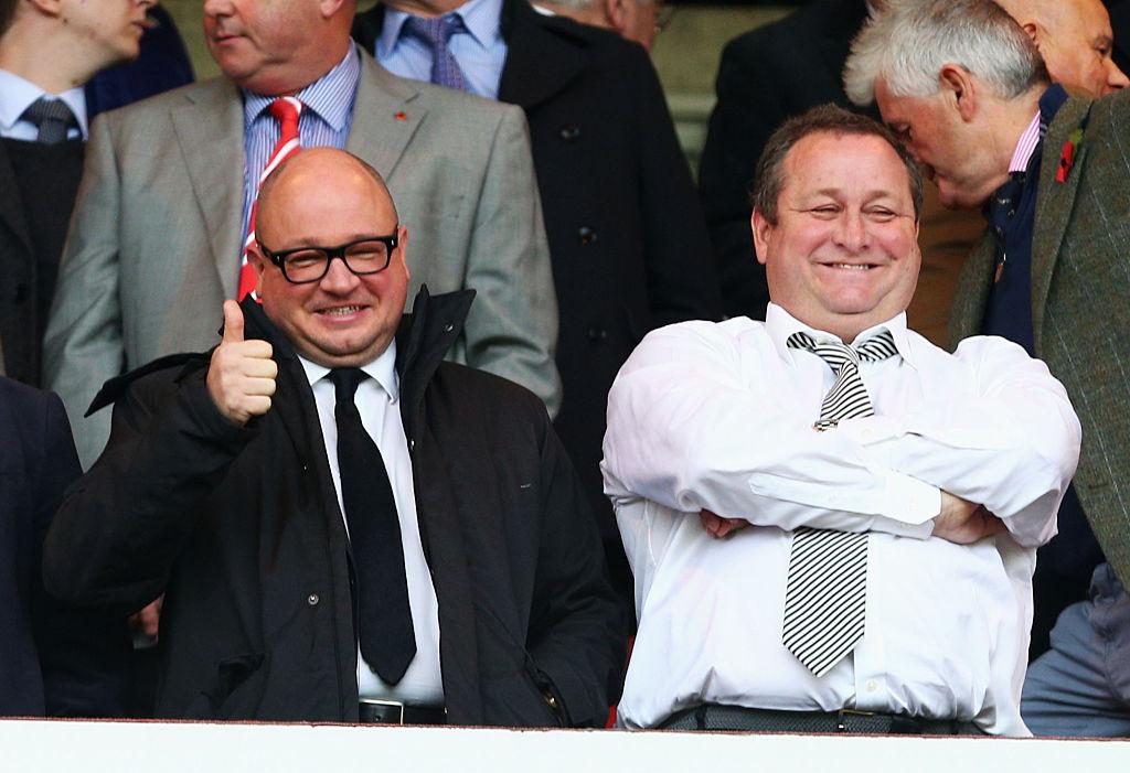 Newcastles ejer, Mike Ashley, til højre med direktør Lee Charnely til venstre. Foto: Getty Images/Mark Runnacles.
