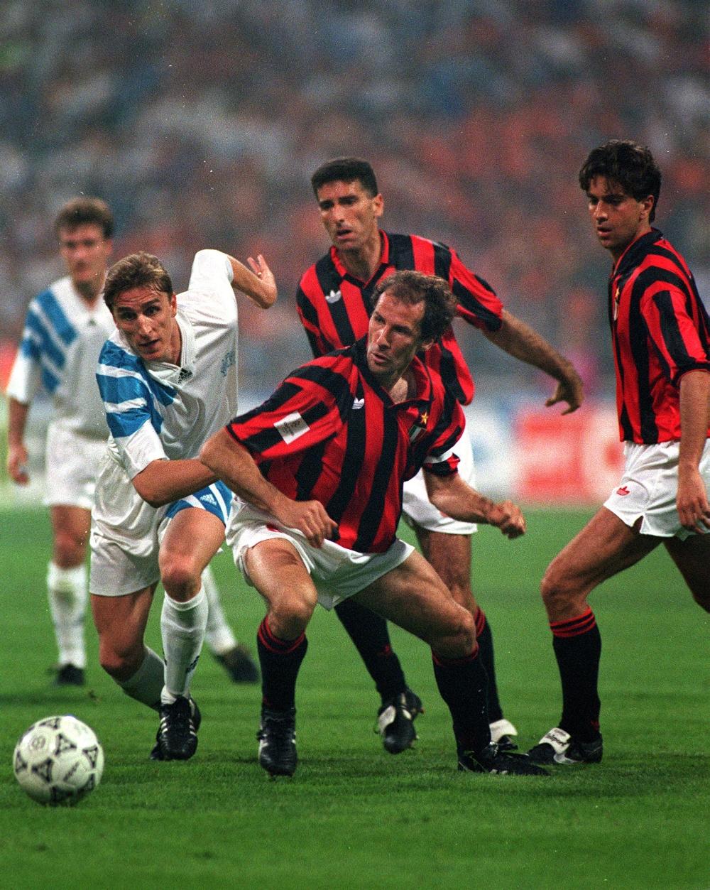 Marseilles Alen Boksic i kamp med Milan-legenden Franco Baresi i den første Champions League-finale. Marseille vandt 1-0, men blev senere tvangsnedrykket til 2. division på grund af en matchfixing-skandale.   Foto: Getty Images