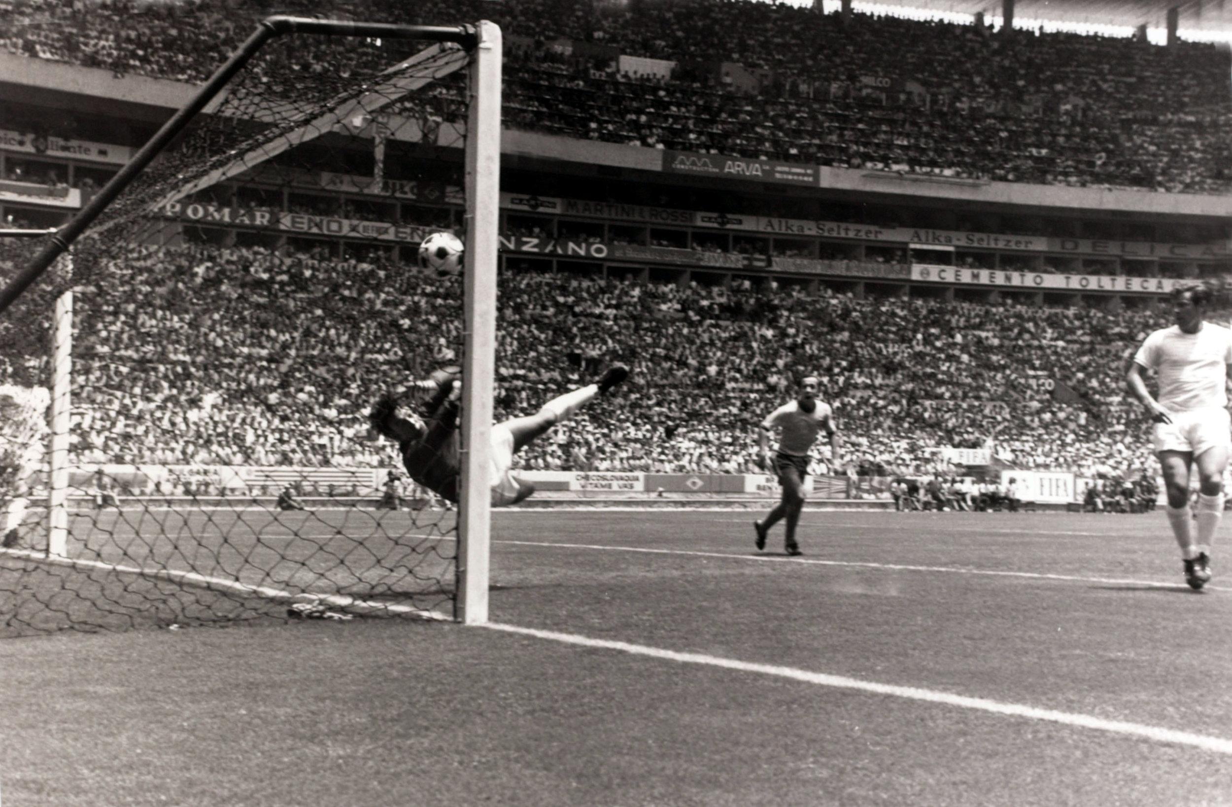 Gordon Banks redder på akrobatisk vis hovedstødet fra Pélé under VM i 1970.   Foto: Getty Images