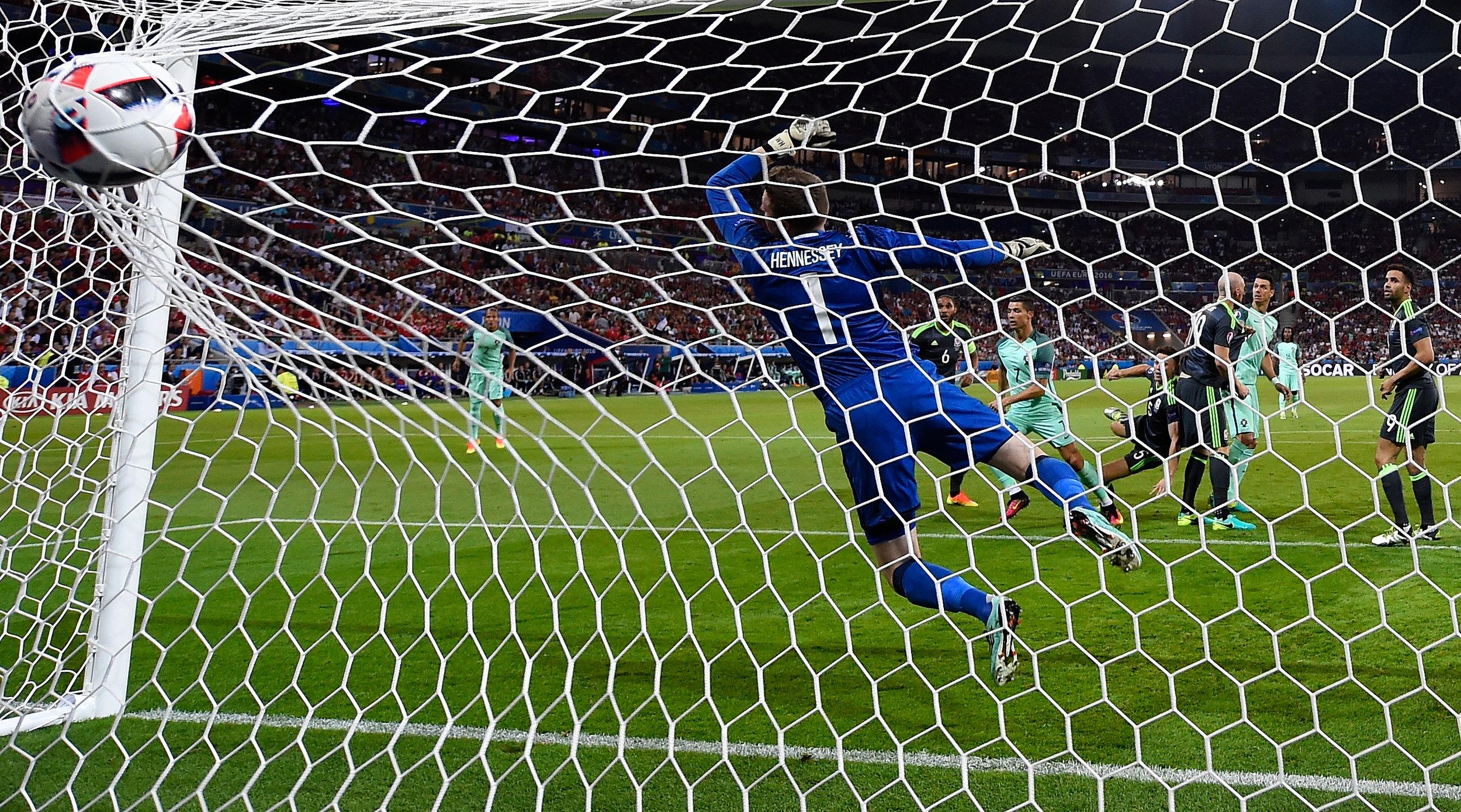 I aktion for Wales: Wayne Hennessey spræller forgæves efter Cristiano Ronaldos header i EM-semifinalen mellem Wales og Portugal.   Foto: Getty Images