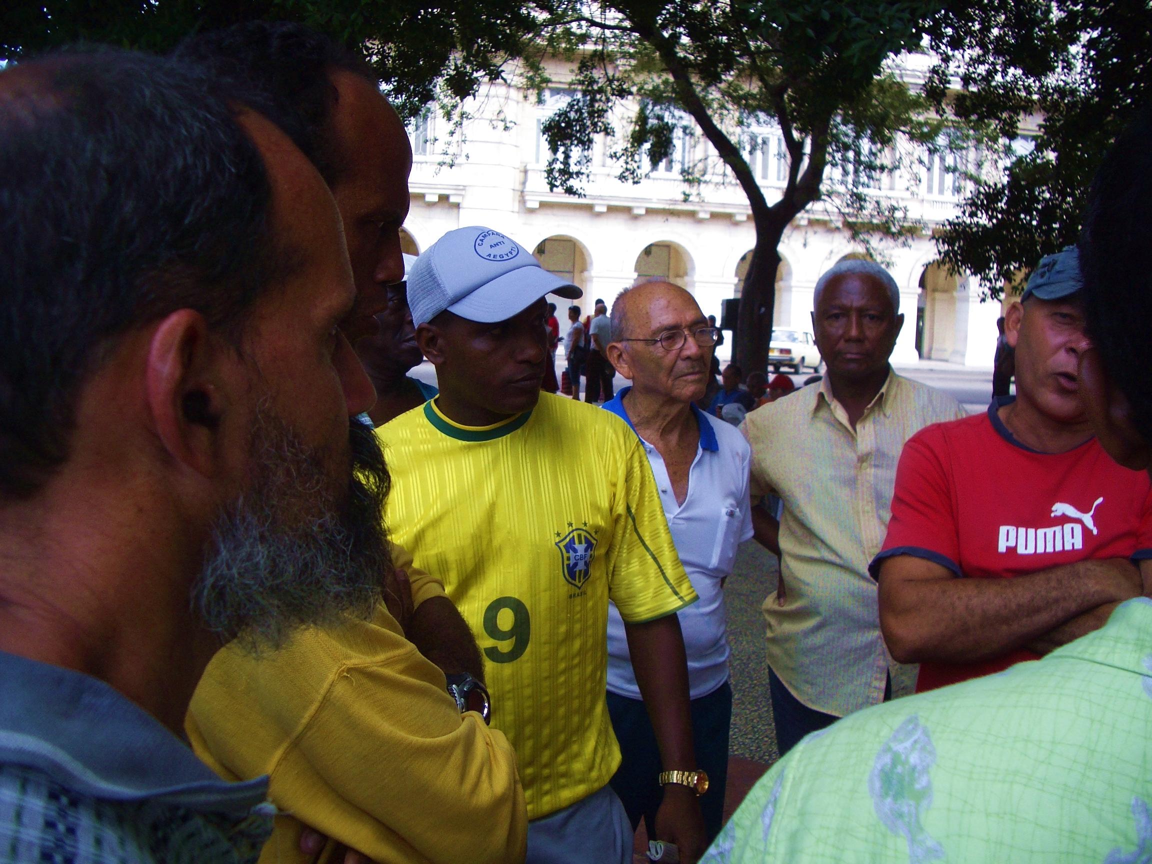Esquina Caliente i Havanas Parque Central - stedet, hvor cubanerne diskuterer sport