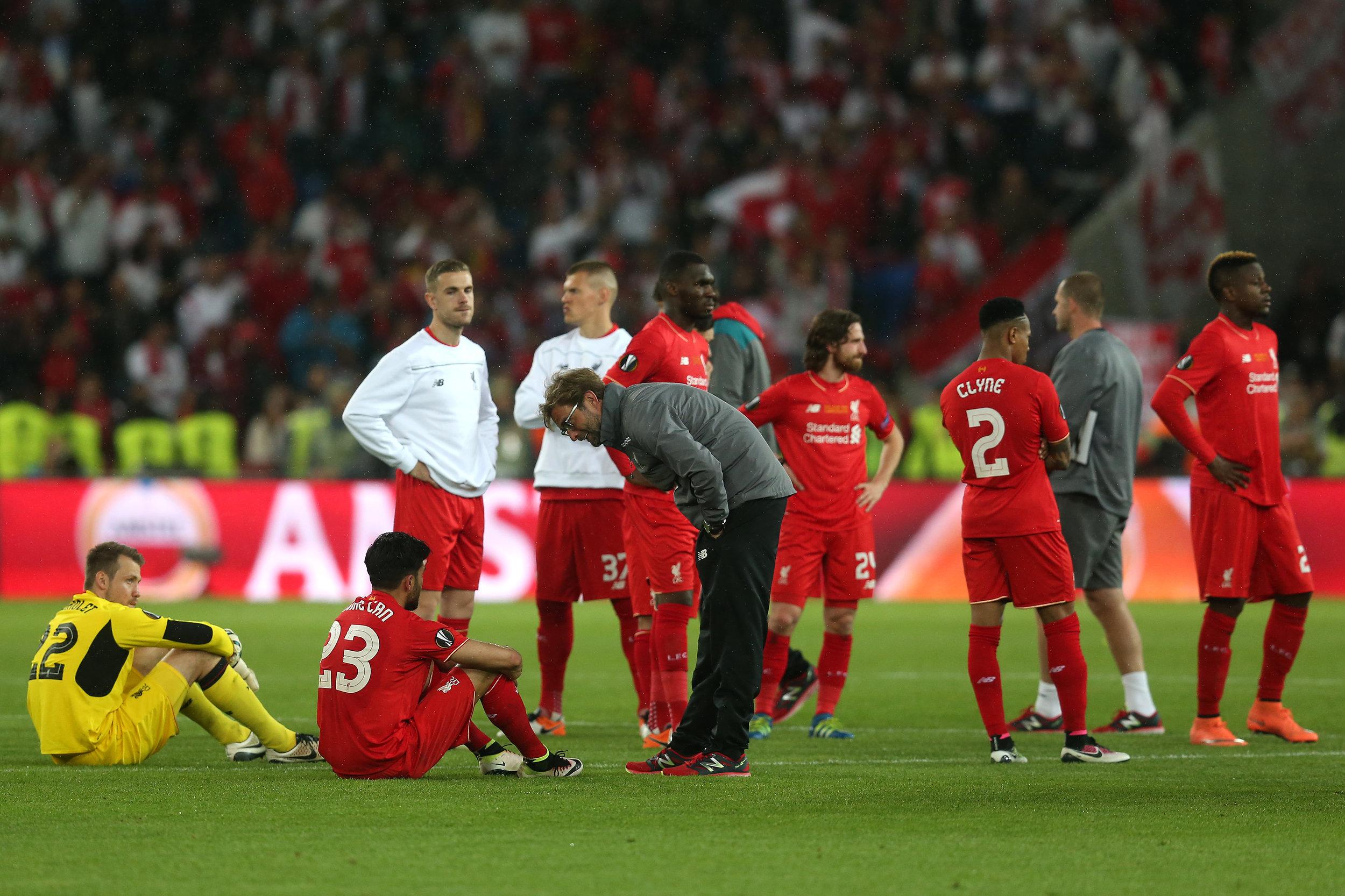 Emre Can får trøstende ord af Jürgen Klopp efter nederlaget til Sevilla i Europa League-finalen.   Foto: Chris Brunskill/Getty Images