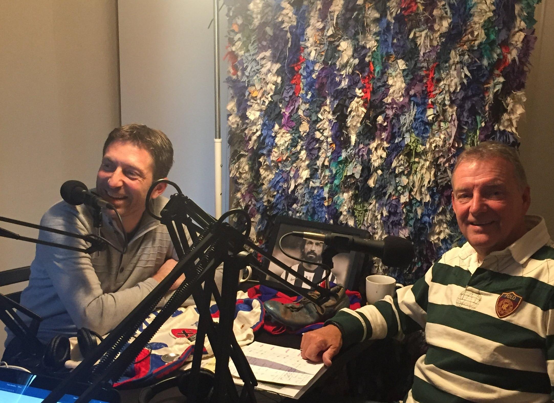 Søren Colding og Ole Mørk i Mediano-studiet - bemærk Andrea Pirlo som altid i baggrunden