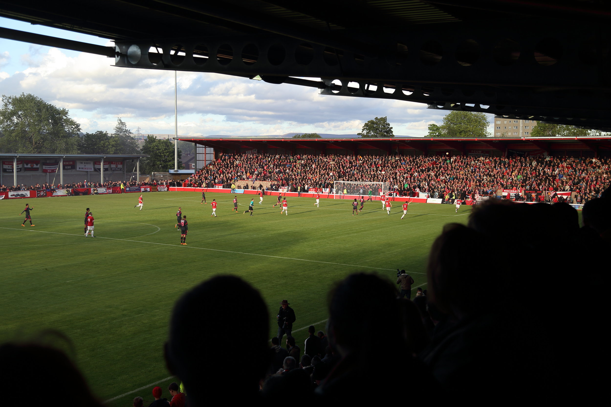 Åbningen af Broadhurst Park mod et reservespækket Benfica-mandskab.   Foto: Getty Images