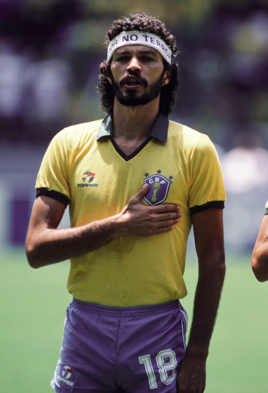 VM 1986 i Mexico. Sócrates med det karakteristiske pandebånd, der ikke kunne undgå at drage opmærksomhed. Foto: Getty Images/Bongarts.