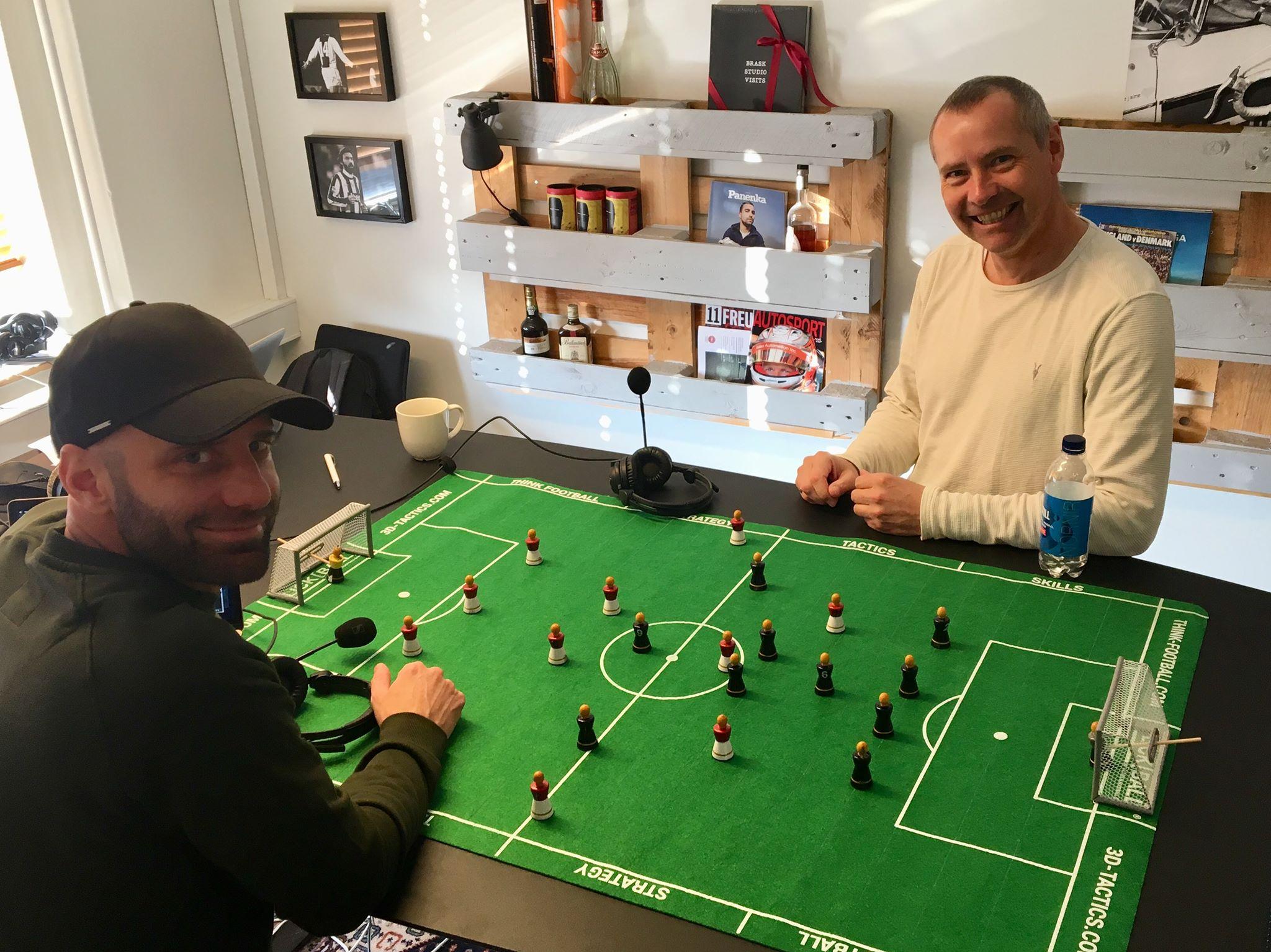 Rasmus Monnerup og FC Nordsjællands Flemming Pedersen er samlet om Flickball-bordet og figurerne, der danner grundlag for 'Det taktiske værksted'.