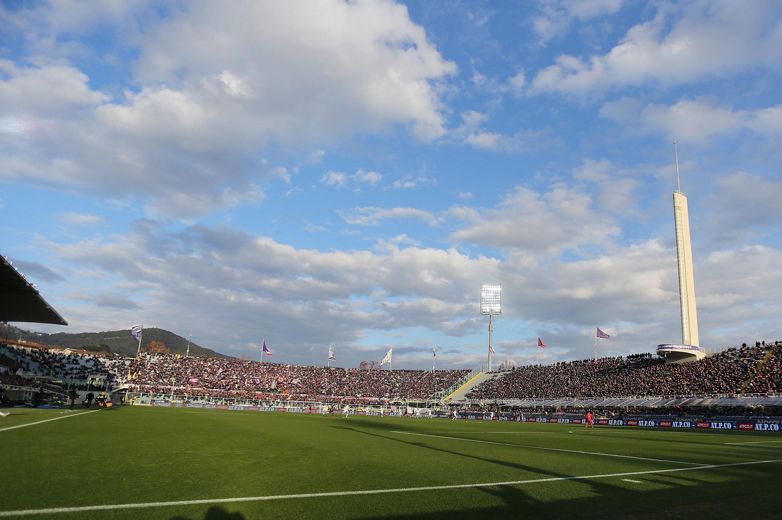 Fiorentina: Lige siden 2008 har Firenze-klubben ønsket at udskifte det ikoniske, men gamle, Stadio Artemio Franchi ud med et nyt og tidssvarende topstadion. Flere år er gået på at udtænke planerne for byggeriet, der også skal huse diverse kommercielle faciliteter såsom et shoppingcenter, et hotel og boliger. Også placeringen af det nye stadionkompleks har trukket tænder ud. I sidste ende er valget faldet på Mercafir-området i det nordvestlige Firenze - vældig tæt på byens lufthavn. Det nye stadion får plads til 40.000 tilskuere, og kommer designmæssigt til at minde lidt om Juventus' Allianz Stadium, der også kan huse ca. 40.000 tilskuere. Første spadestik til stadionbyggeriet er endnu ikke taget. I januar meldte Firenzes borgmester ud, at han tror på, at det nye stadion kan stå klar i løbet af 2023. Foto: Gabriele Maltinti/Getty Images