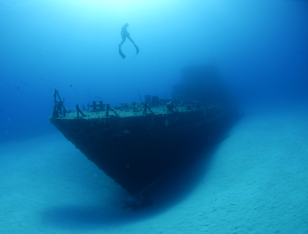 Freediver-ascedning-from-wreck