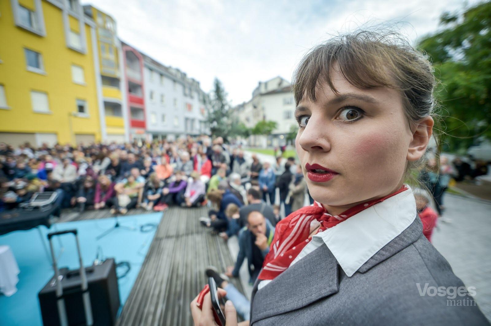 8festival-rues-et-cies-t-i-t-r-(thinkin-in-the-rain)-de-fanny-duret-vosges-matin-jerome-humbrecht-1560541958.jpg