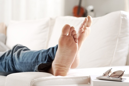 33977882_S_relaxing_feet_up_male_man_jeans_couch_toes_barefoot.jpg