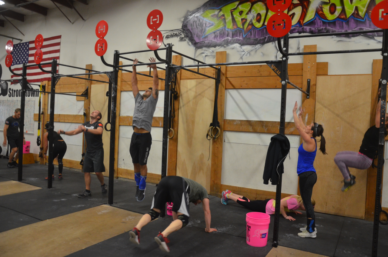 Brad and the 9am working through their burpee pull-ups.