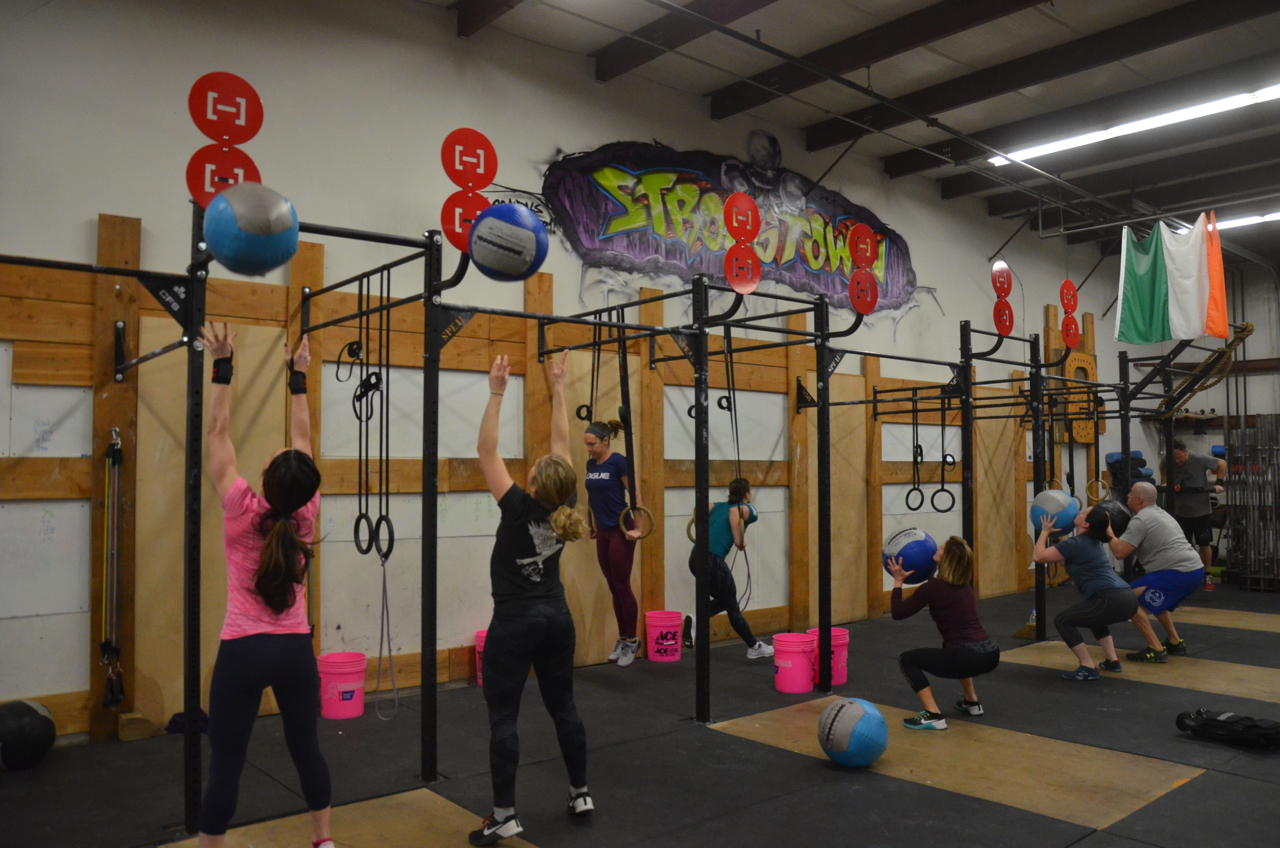 Holly, Sophia and the 9am class working through their 21-15-9.