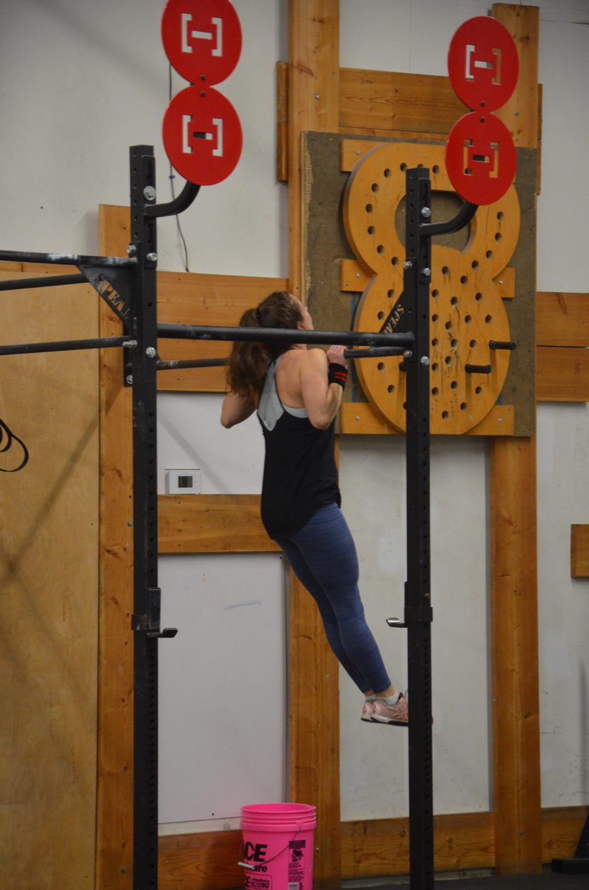 Gail keeping a great hollow position during her strict pull-ups.