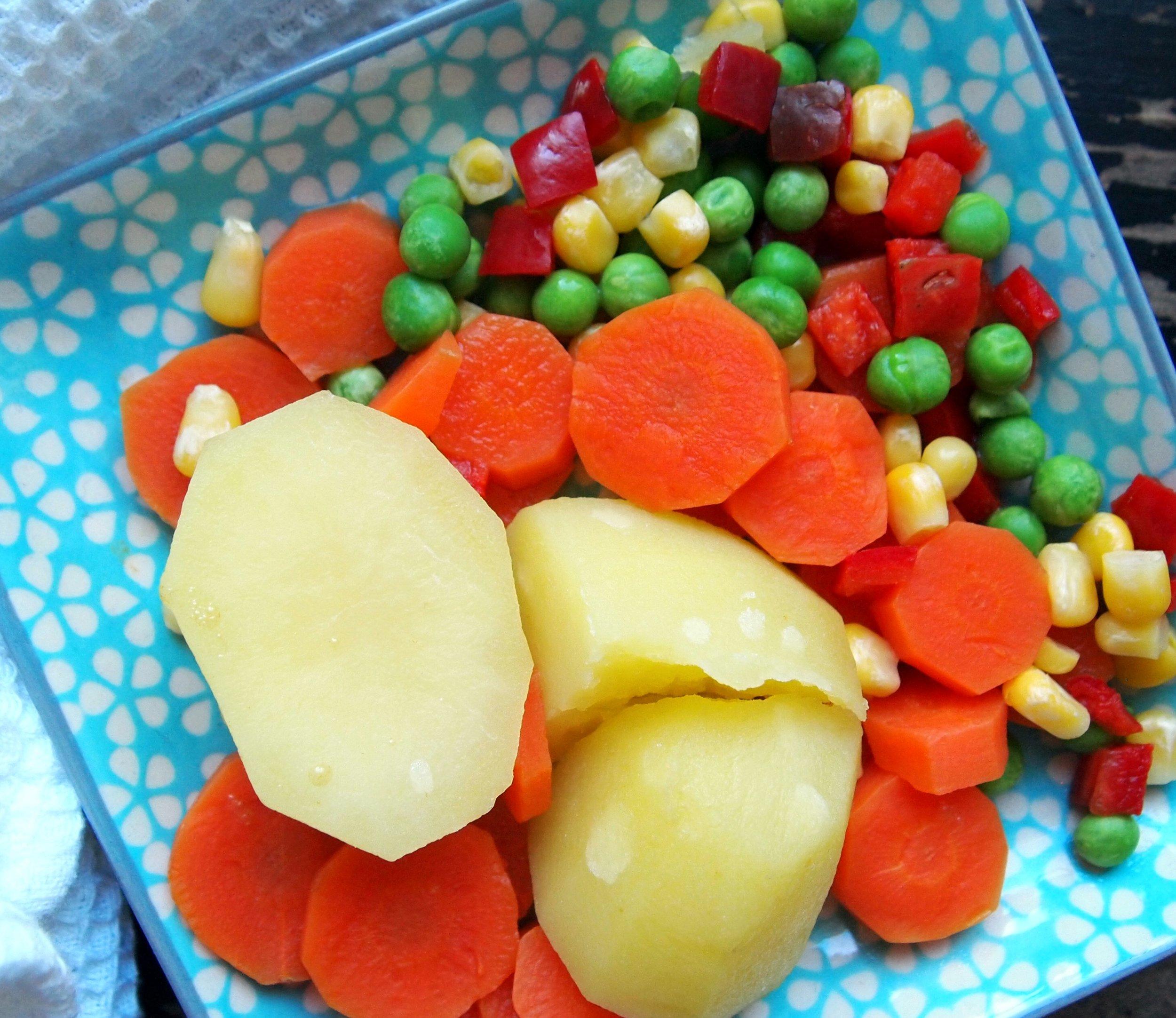 Tällaisiakin täytteitä ollaan kokeiltu menestyksekkäästi. Pilkoin perunat ja porkkanat kuutioiksi.