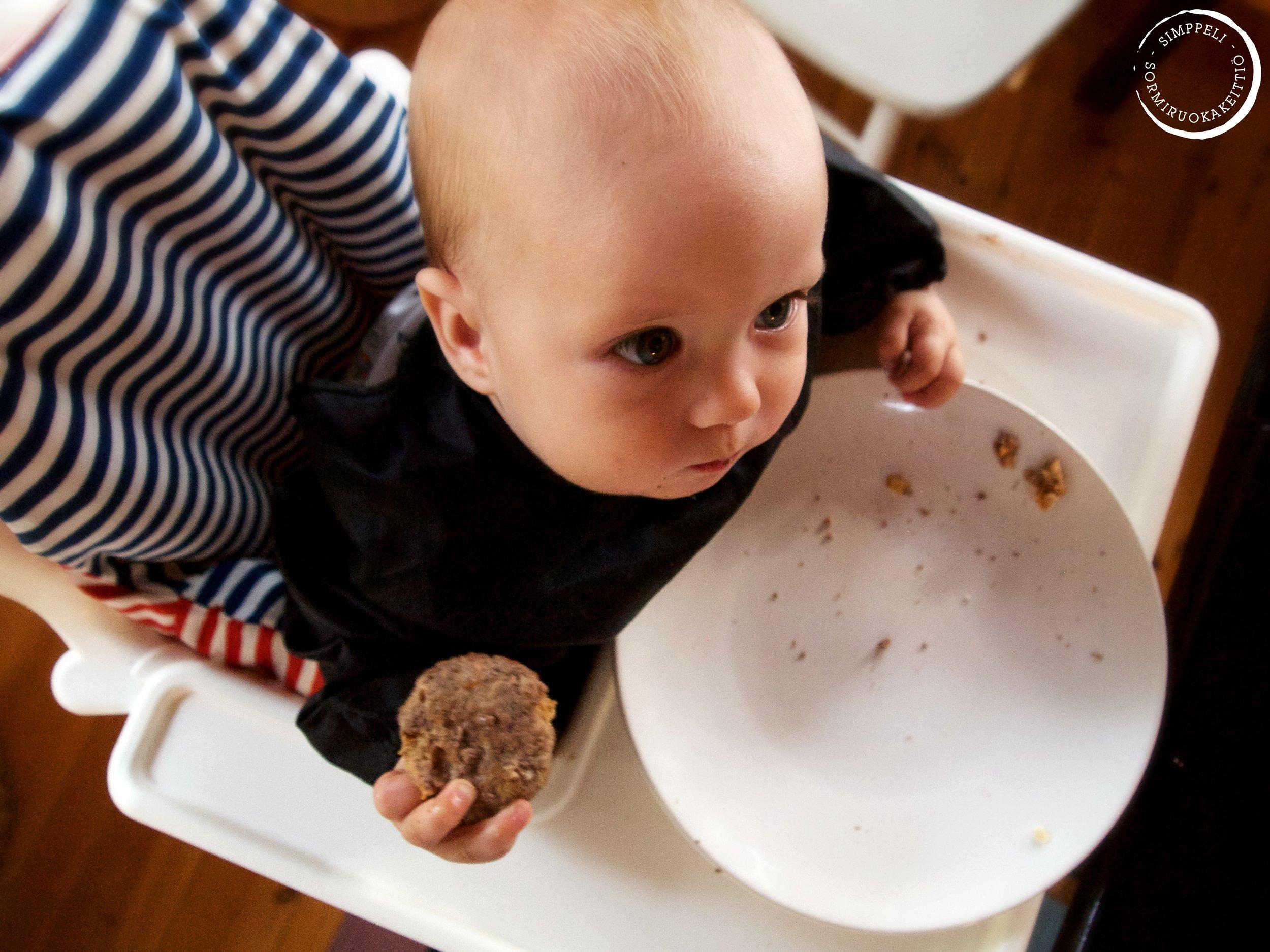 """""""Räpsäse sää, mä pidän tätä."""" Bloggaajan lapsi-raukka tietää, että ensin kuvataan, sitten syödään. hhaahah!"""