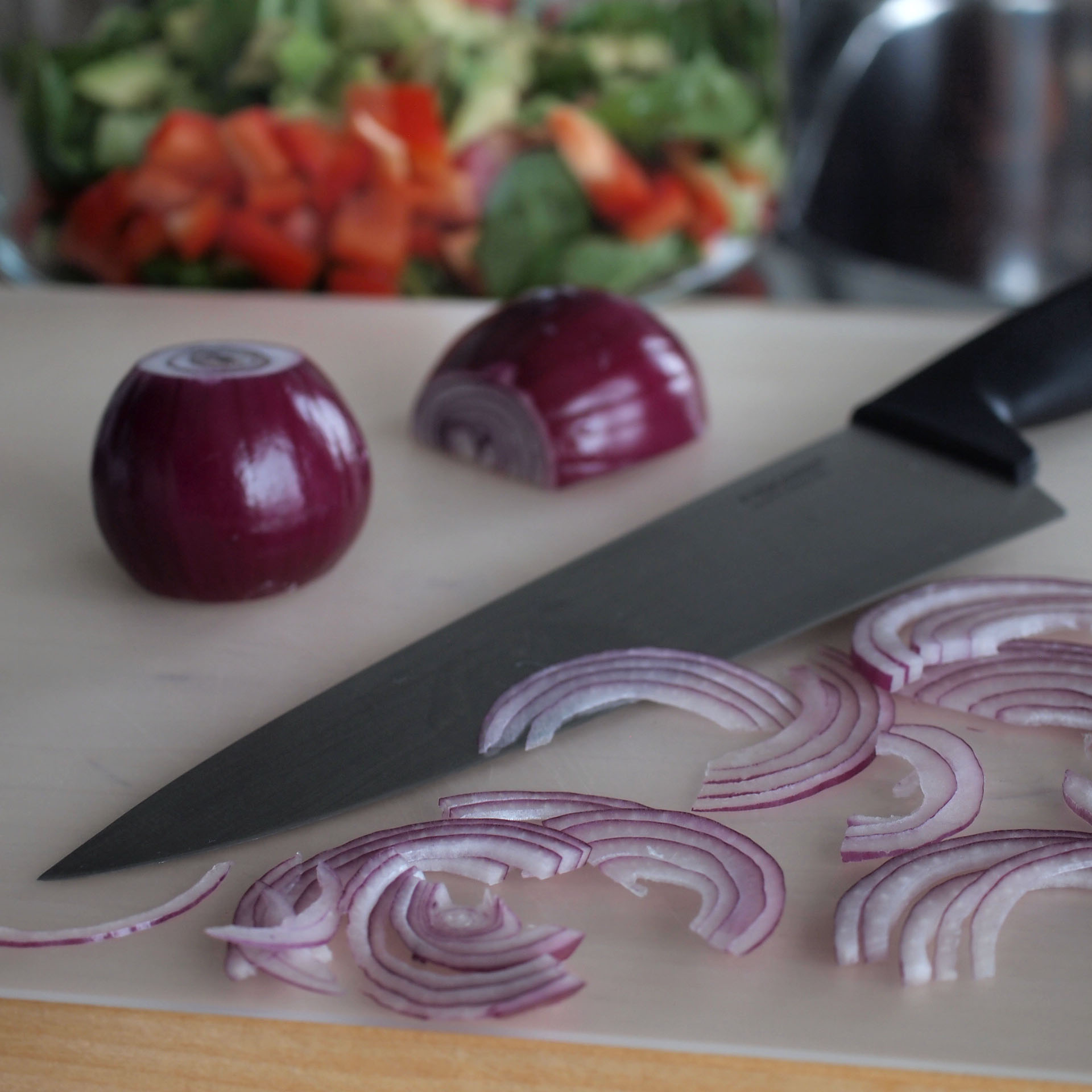 Jos haluat helliä itseäsi pakollisten arkikokkailujen keskellä: omista edes yksi hyvä veitsi. Lupaan että se kannattaa.     Tässä yksi hyvä, käteensopiva, edullinen vaihtoehto.