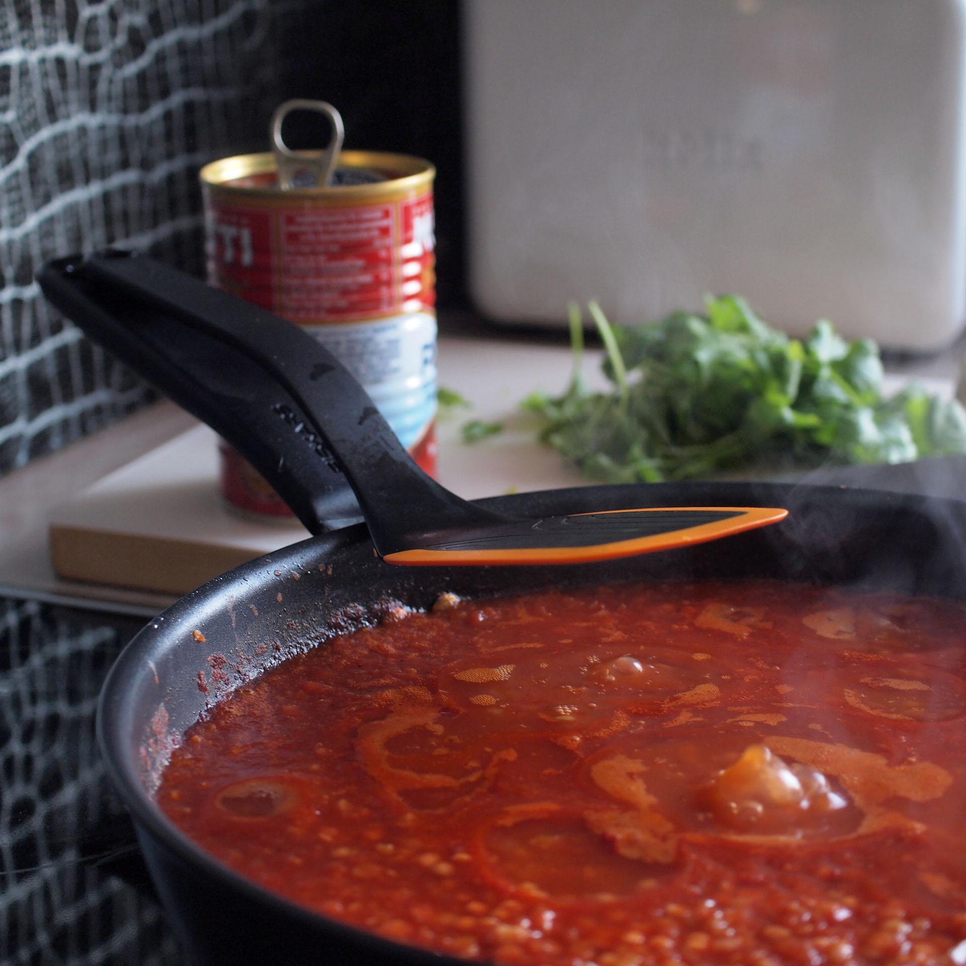 Huomaa kauha, jolle on oma paikkansa: ei tarvitse noukkia keitoksen joukosta tai lepuuttaa tiskipöydällä. Kannatta tsekata muutkin pikkuvälineet:    pastakauhassa    on mitta-asteikko sille, paljonko spagettia yksi ihminen suurinpiirtein syö ja kauhassa on mitta-asteikko valmiina, jos vaikka olet lisäämässä kermaa tietyn määrän. Kasarina    tämä Functional Form -sarjan 26cm kasari.
