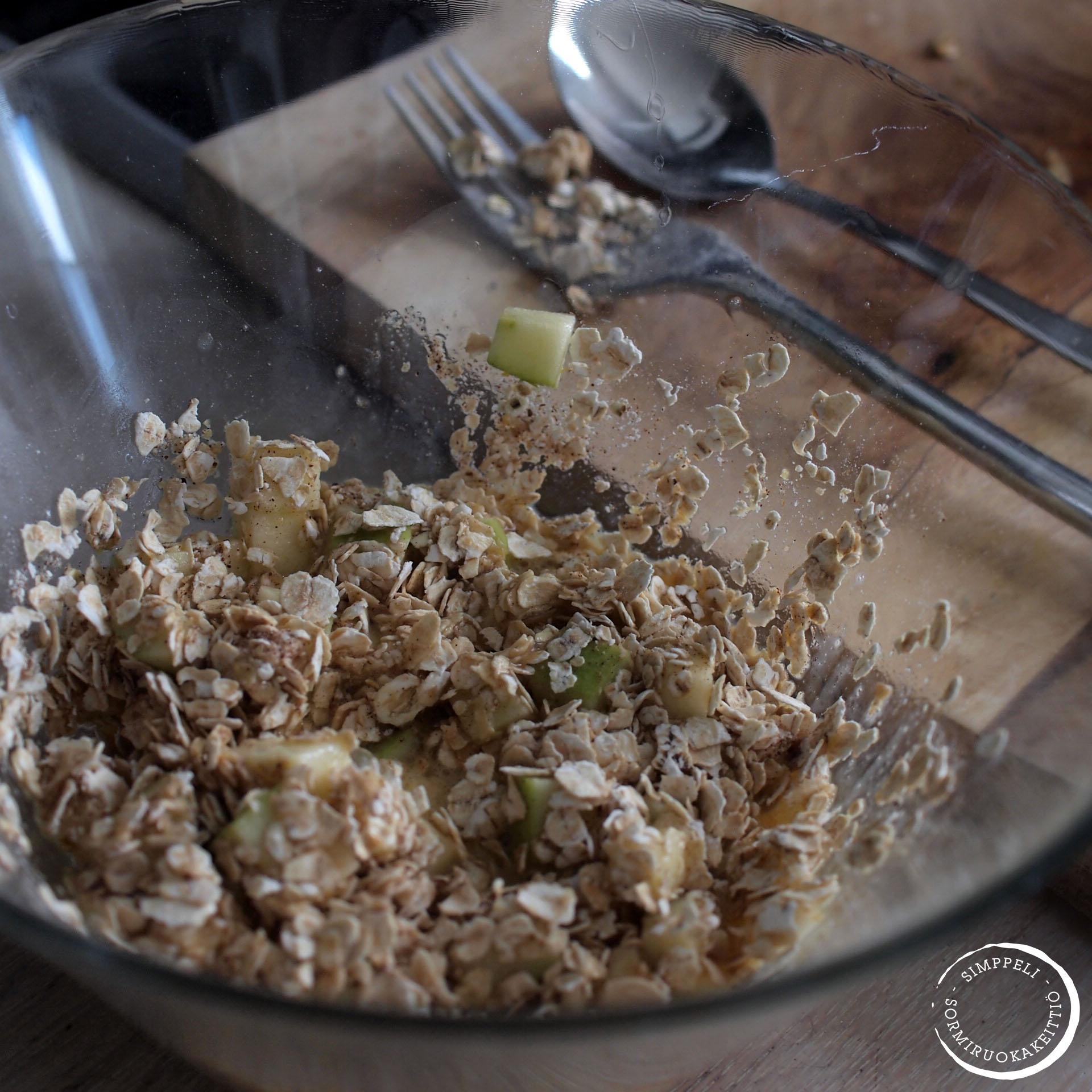 Mukimuffinsin voi valmistaa myös suoraan siinä mukissa, joka mikroon on menossa. Minä tein taikinan kuitenkin omassa kulhossa, sillä tein mukimuffinseja kaksi.