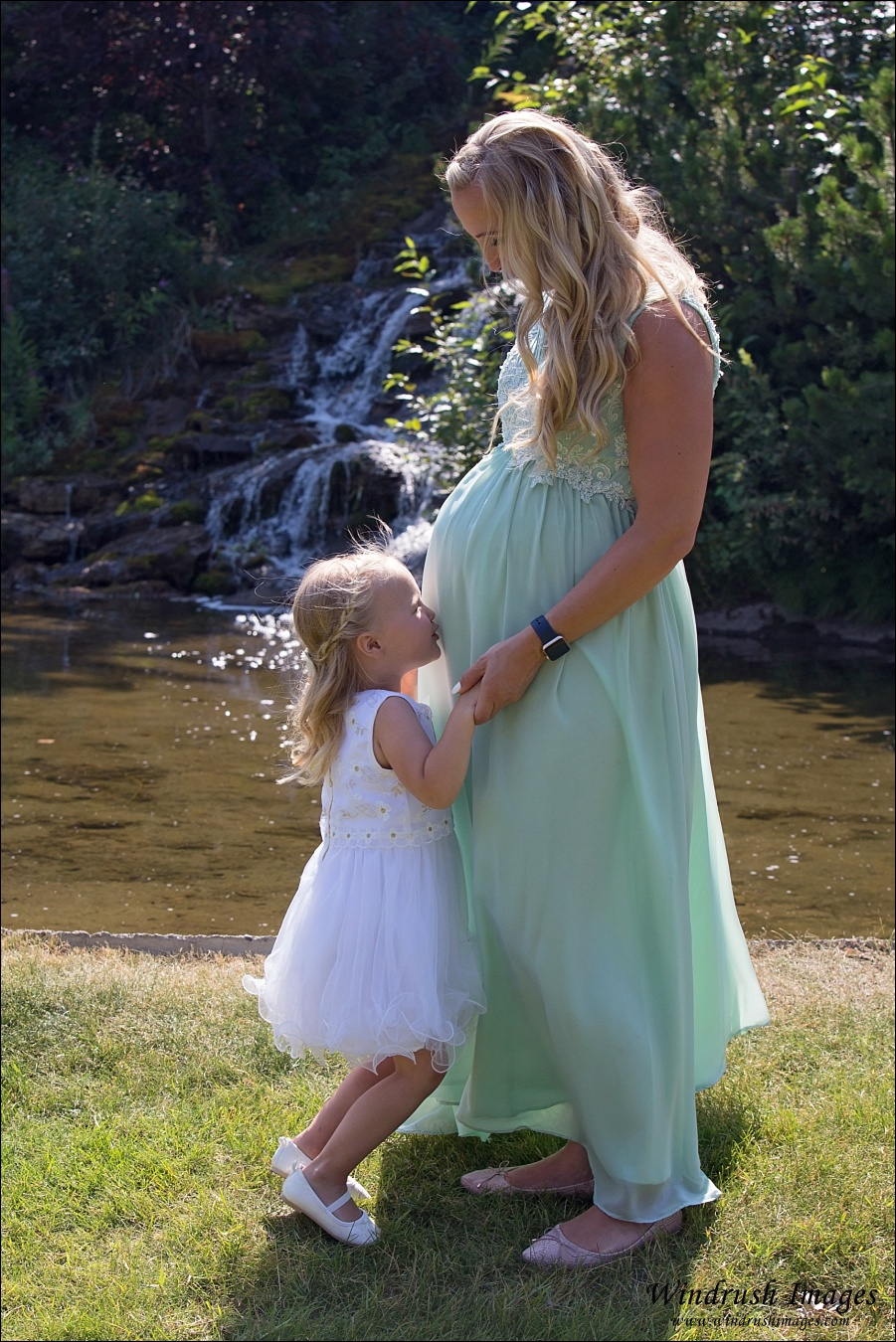 Pregnant-mom-and-daughter-in-front-of-waterfall-at-maternity-session.jpg