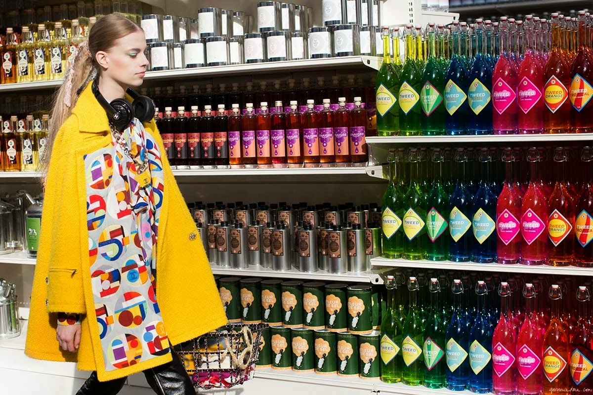 Chanel_Fall_14_supermarket_model.jpg