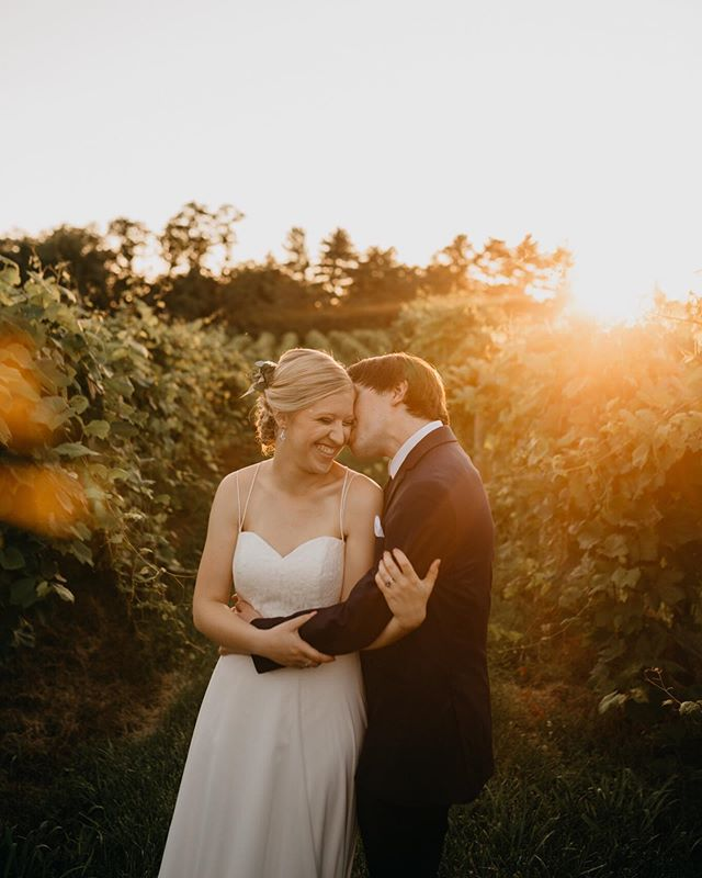 Caroline and Ben got married at a vineyard overlooking the Missouri River and then we got the most dreamy sunset and I have now passed away😱😍