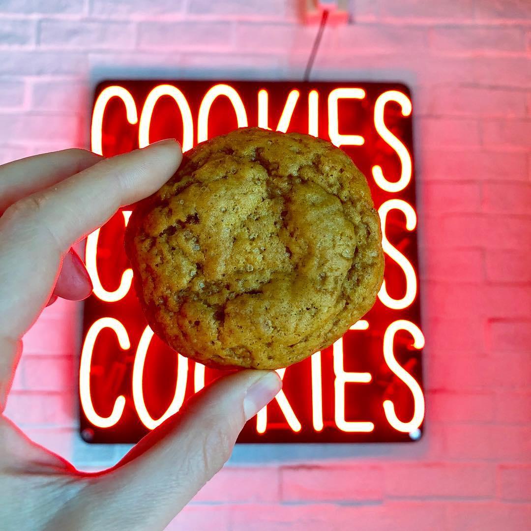 Strictly Cookies是一个扎根上海的美式曲奇品牌。他们在中国各地销售软而耐嚼的曲奇饼干。他们混合经典和创新的各种口味能满足你所有对曲奇的需求。 -