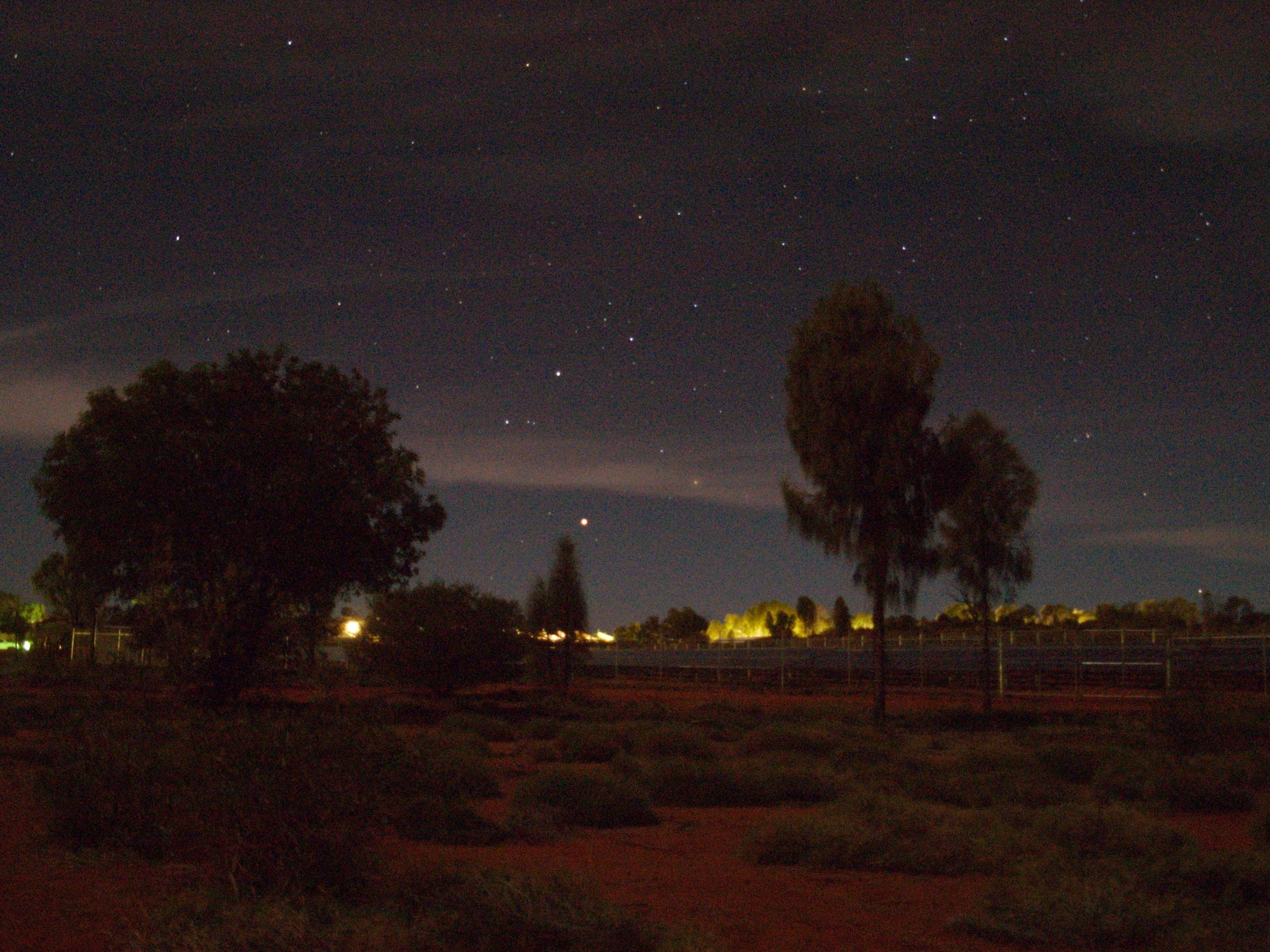 Mars rises in Yulara, during one of  Voyages  Astro Tours