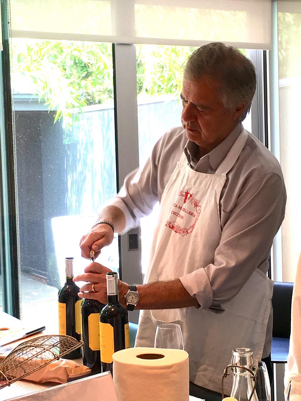 Clark con il vino (pranzo estivo workshop).jpg